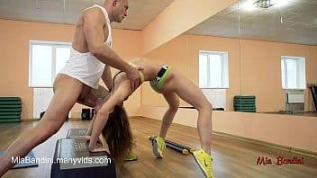 Jeune instructrice de yoga enculée à la salle de musc