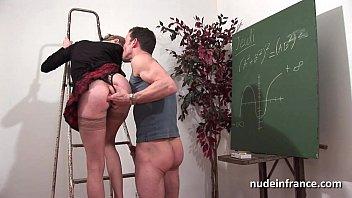 Étudiante se fait enculer à la salle de cours par le concierge du Lycée