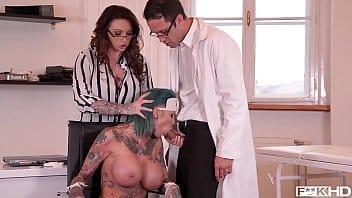 Infirmière cochonne fait un trio avec le médecin et son épouse