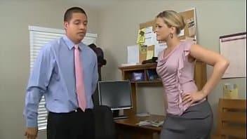 MILF Secrétaire cochonne séduite par le fils de son patron