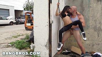 Runner latina se fait baiser en public par un géant immiséricorde