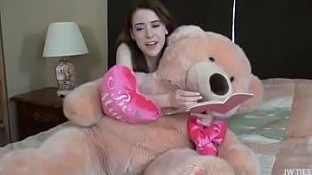 Un énorme ours en échange de la virginité de cette tendre fille