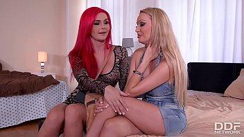 Une blonde et une rousse pour une fête cougar lesbienne qui t'amuse